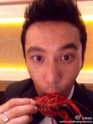 黄晓明夺影帝吃小龙虾庆祝 搞怪八连拍
