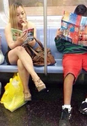 凤姐在地铁里看最爱的《故事会》