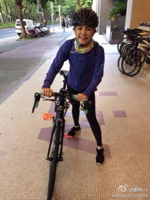 Ella晒新单车 变帅气单车女