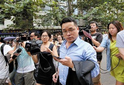7月22日,海淀法院门前,李某某家法律顾问兰和接受媒体采访。当天,李某某等人强奸案举行庭前会议。新京报记者 王贵彬 摄