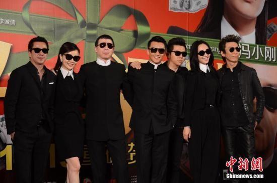 11月28日,《私人订制》在北京举办了主题发布会,冯小刚导演携片中三位年轻主演白百何、李小璐、郑恺出席亮相。 李学仕 摄
