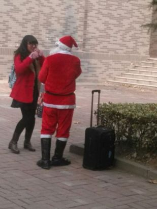 父亲扮圣诞老人女儿感动泪奔
