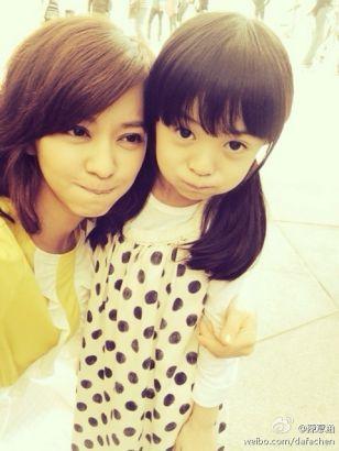 照片中的小姑娘长着大大的眼睛,梳着两个小辫,十分可爱,乍看跟陈意涵