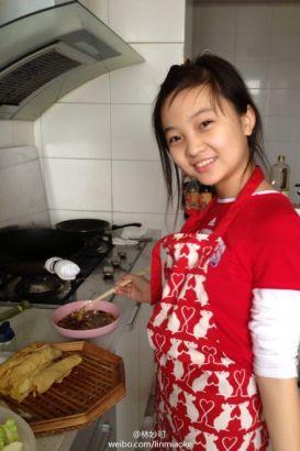 林妙可变身厨娘做春饼