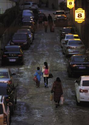 2月11日下午5點半,奔波了一天的劉詩童牽着妹妹一起回賓館。只有8歲的妹妹無法離開媽媽,母親張秀冰只好把她接到北京陪着劉詩童一起考試。