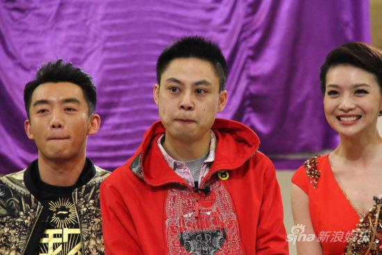 """""""动物奶爸""""杨毅(左二)当场感动落泪"""