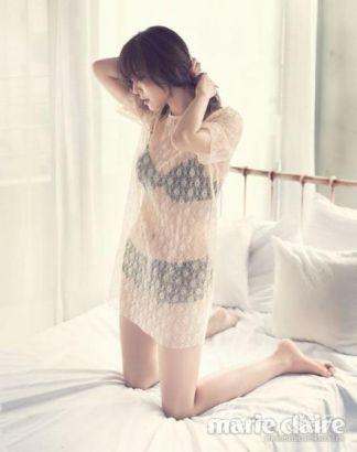 金素妍半跪床照