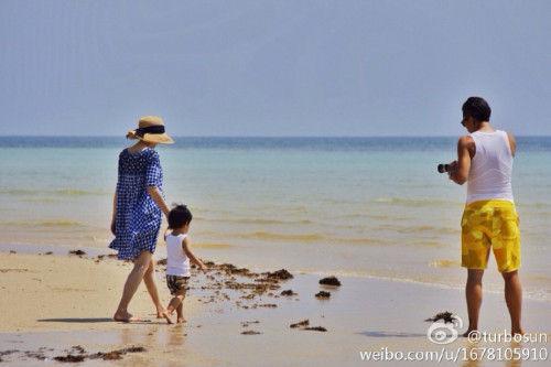 孫儷帶孩子在海邊