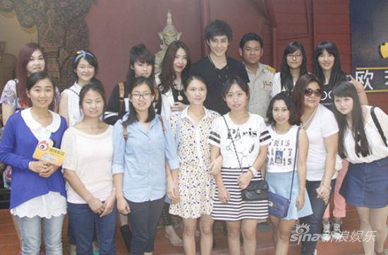 泰國人氣偶像Mike舉行慈善義賣會