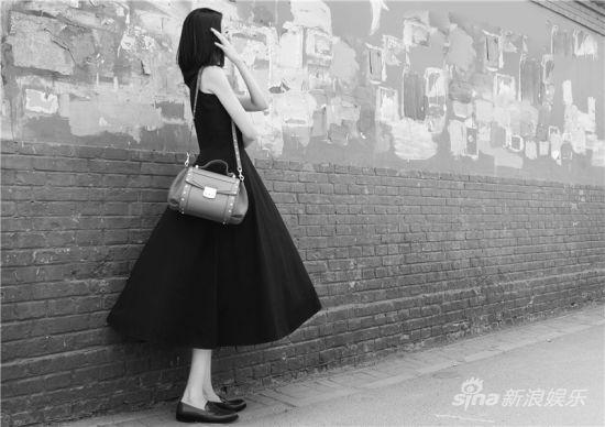 新浪娱乐讯 日前,李艾一组黑白写真曝光,身穿无袖连衣裙的李艾,身材十分纤细,尤其是风刮起裙角的刹那,隐约可见的修长双腿简直是迷死人,加上阳光迷人的笑容,惹得网友大呼好爱。而李艾也精心为这组大片解说以前总是着急给自己上满颜色,现在觉得能把黑白活出味道便是极好。
