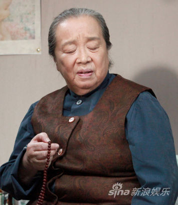 李明启饰演张母