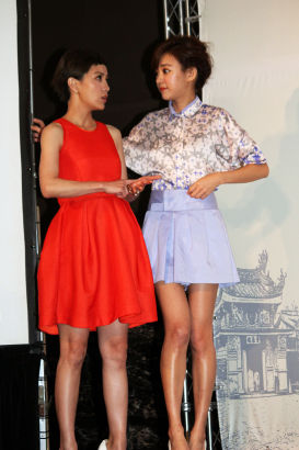 郭采洁(左)跟陈意涵在一旁讲悄悄话
