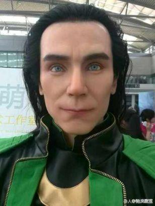 洛基蜡像撞脸李咏:整个人都不好了
