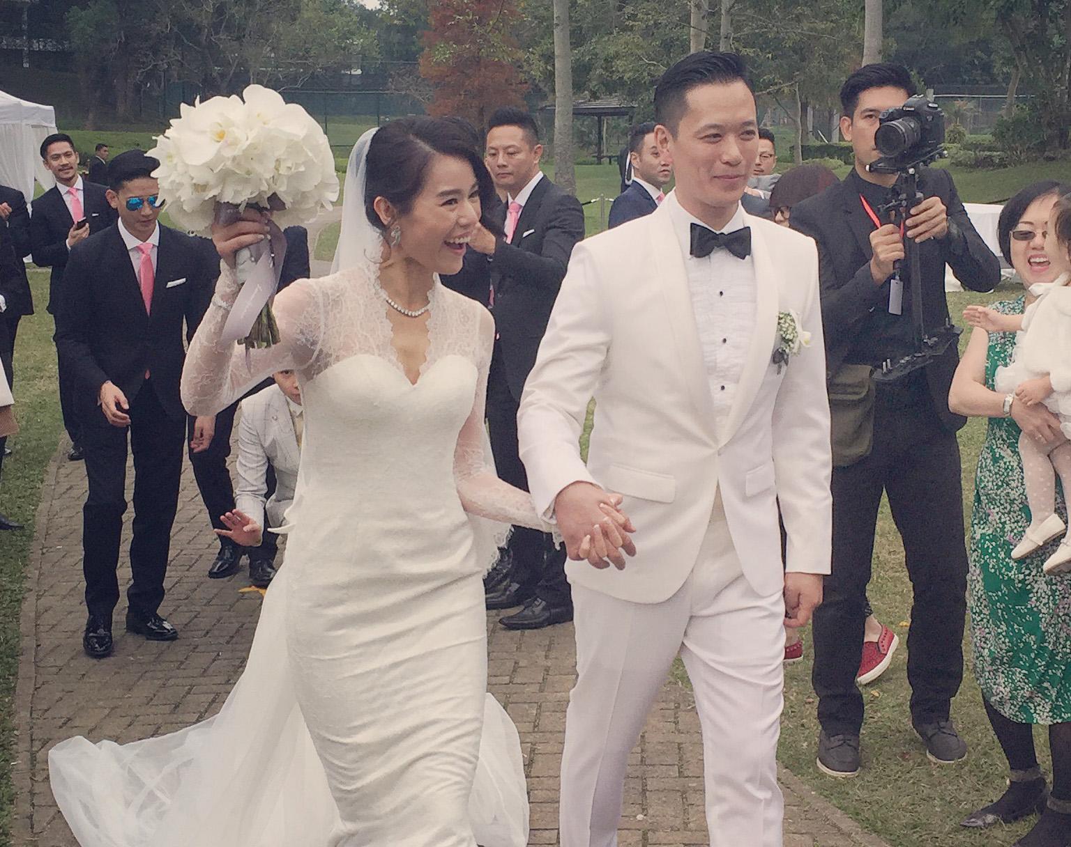 胡杏儿大婚换白色礼服变公主 与友人合影