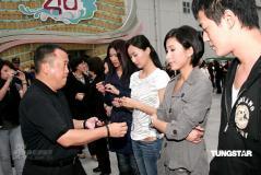 组图:TVB全台艺人默哀悼念四川地震死难者