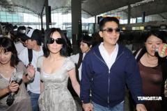 组图:梁朝伟刘嘉玲甜蜜现机场不丹婚礼皆因佛
