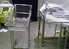 组图:茱莉生产病房内景曝光酒瓶满地一片狼藉