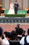 组图:权相宇孙泰英婚礼现场大批媒体蹲守门外