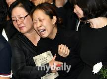 组图:崔真实葬礼今日清晨举行众亲友痛哭相送