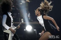 组图:碧昂斯带电臀上台狂热献唱勇秀健硕大腿