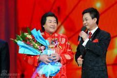 组图:央视元宵晚会录制童星李木子红衣丛中笑