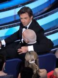组图:休杰克曼与海瑟薇热舞坐嘉宾大腿搞怪