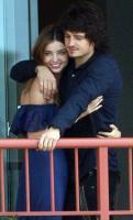组图:奥兰多布鲁姆与女友阳台拥吻情浓笑甜美