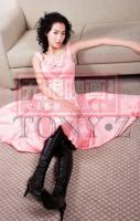 组图:张柏芝黑皮靴妩媚写真粉色裙秀淑女风情