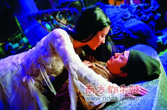 新版中,小倩与宁采臣的感情不及她与燕赤霞的刻骨铭心。