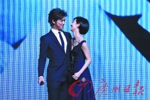 桂綸鎂和陳柏霖在台上深情相擁。