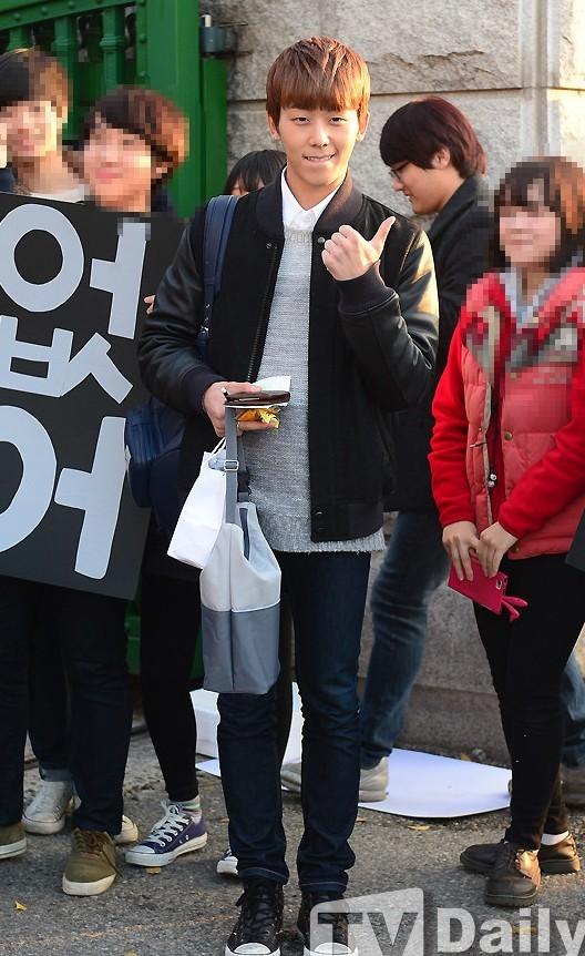 韩国艺人微笑参加高考粉丝应援