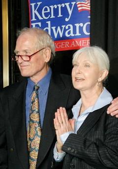 资料图片:保罗-纽曼与爱妻伍德沃德出席活动