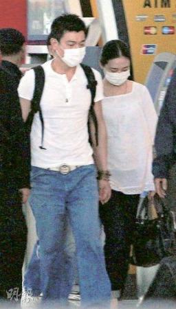 """刘德华终于把他""""背后的女人""""朱丽倩紧紧拖在身边。 图片来源香港《明报》"""
