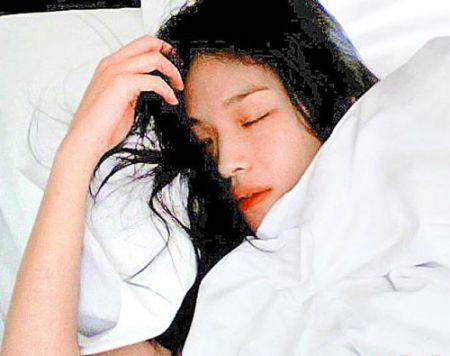 """《非诚勿扰2》杀青舒淇""""床照""""被赞超性感(图)"""