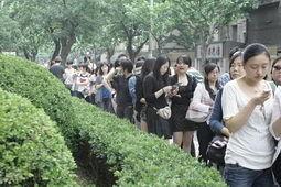 正在排队的观众