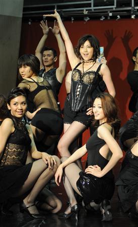 藤原纪香主演舞台剧《酒馆》中装扮轰动全场