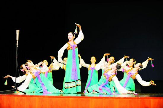 平壤艺术团大连上演歌舞《怒放的金达莱》(图)
