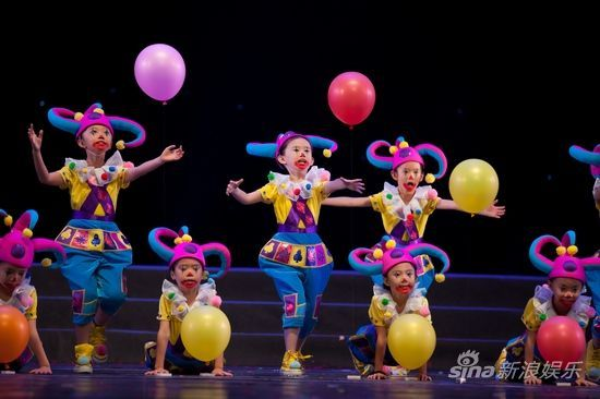 《玩汽球的小丑》摄影:李伟
