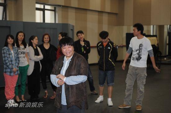 田沁鑫导演身后是青春版中平均年龄仅23岁的年轻演员阵容