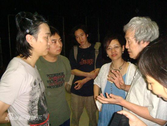 评论大家李陀(右1)盛赞年轻演员