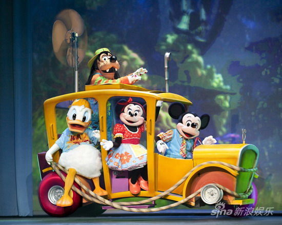 新浪娱乐讯 7月13日至15日,耗资数百万大制作的《迪士尼舞台剧-米奇大选秀》将上演于上海国际体操中心,观众将体验一场充满欢笑和惊喜的历险旅程。   《迪士尼舞台剧-米奇大选秀》由菲尔德娱乐公司制作呈现。今年夏天开始首场中国巡演,米奇、米妮、唐老鸭和高飞狗将带你进入一场充满乐趣的奇幻旅程!你所喜爱的迪士尼明星们,为了寻找自己的天赋和才艺,开始了这场冒险旅程,途中充满意外遭遇、兴奋惊喜。迪士尼家族的明星们会随着故事的发展歌唱,跳舞,一起欢笑!灰姑娘和她被宠坏的姐姐、可爱的跳跳虎、巴斯光年,胡迪警长和玩具