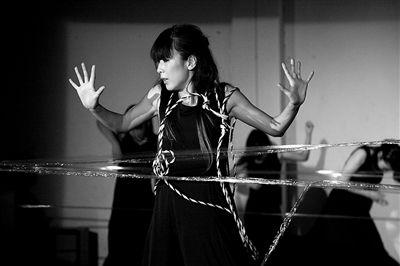 图中舞者的家处于隔离区内,她已有家不能回。刘吟 摄