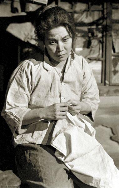 叶子在《龙须沟》中饰演丁四嫂(剧照)。北京人艺供图