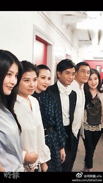 陈慧琳(左起)、钟楚红跟刘嘉玲、谢君豪、梁家辉及杨小娟在后台合照。