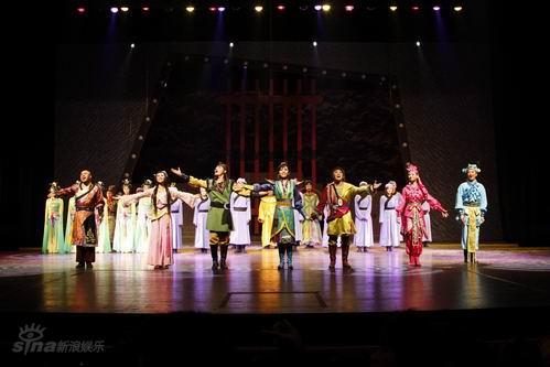 图文:《奉旨》首演-张亚飞起舞