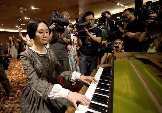 图文:《简爱》造型曝光-袁泉试用剧中的古钢琴