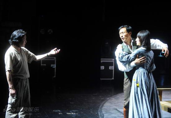 图文:话剧《简爱》彩排--导演王晓鹰说戏