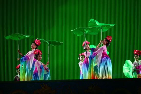 图文:鸟巢《图兰朵》首演-举荷叶起舞