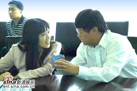 图文:哥伦比亚签约新浪-周理贤与陈彤亲切交谈