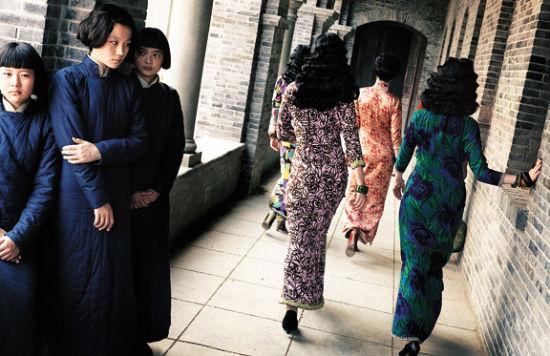 严歌苓2009年在刘恒剧本成型后加入编剧团队,张艺谋希望她在原剧本基础上增添女性色彩。